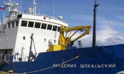 Led okovao ruski brod