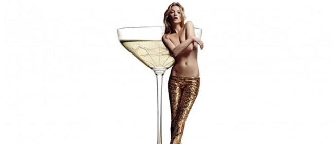 Čaša za šampanjac od grudi Kate Moss