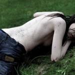 Mladi, goli u farmerkama i blatu