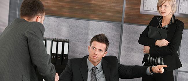 Muškarci se foliraju na poslu