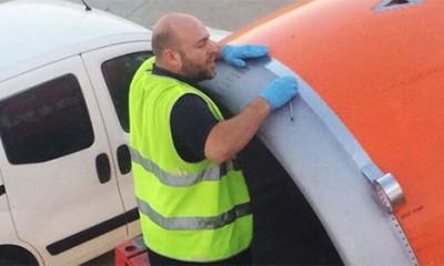 Popravljaju avion selotejpom