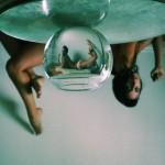 Devojke slikane kroz vodu