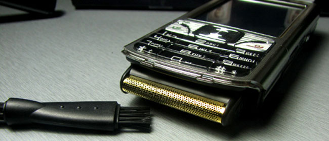 Mobilni telefon i mašinica za brijanje