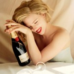 Scarlett pije šampanjac  %Post Title