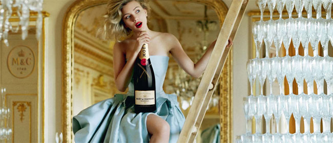 Scarlett pije šampanjac