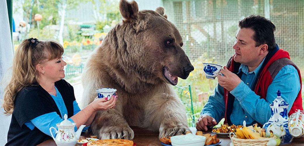 Slika: Ruski par usvojio medveda