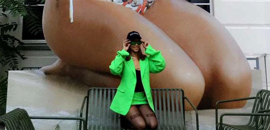 Rihanna pored skulpture Rihanne