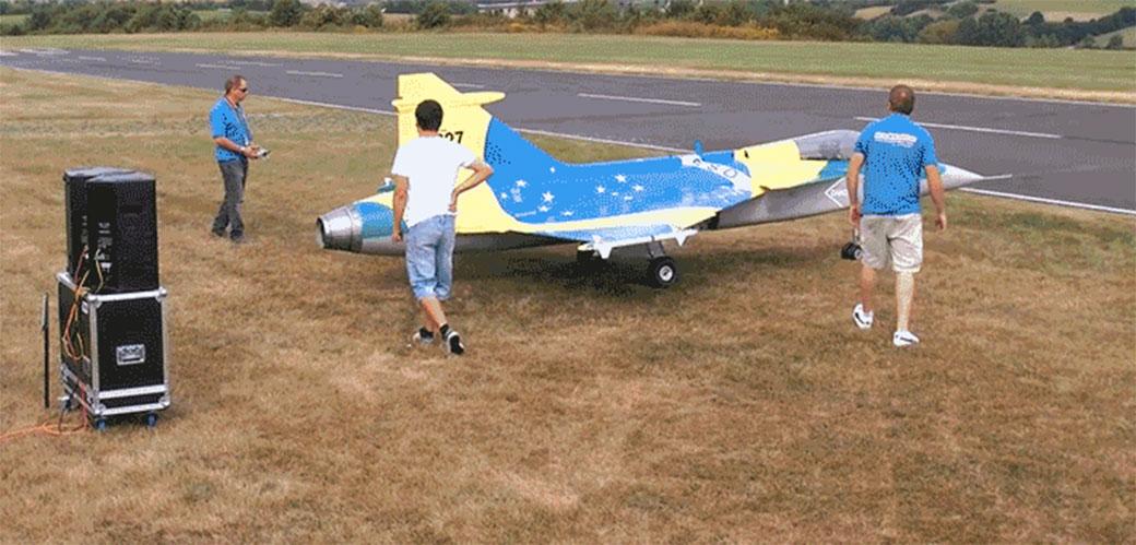 Slika: Džinovski model aviona se raspada