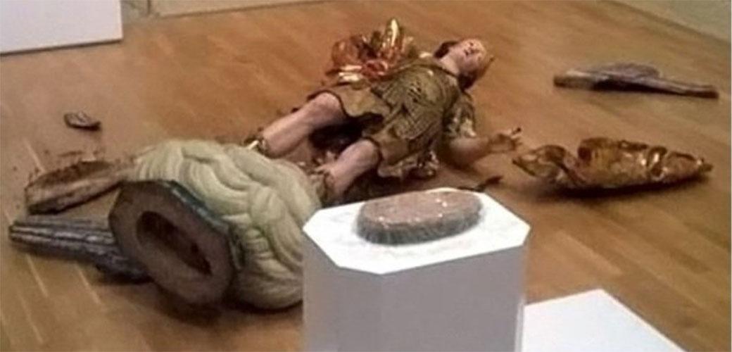 Snimao selfi pa uništio statuu staru 400 godina