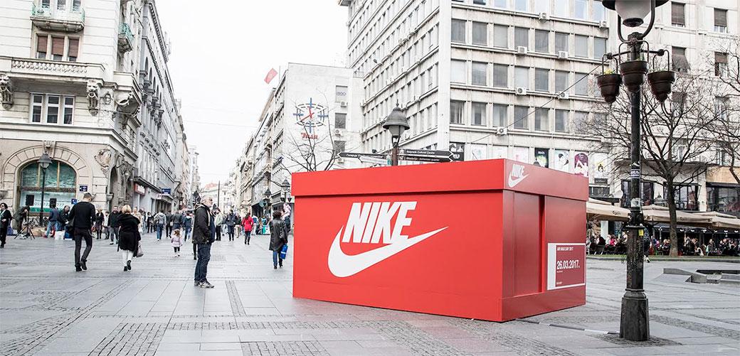 Slika: Džinovska Nike kutija u Knezu