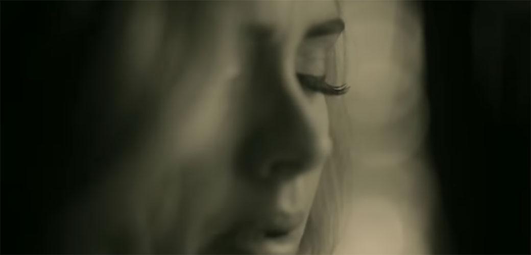 Adele pukao glas