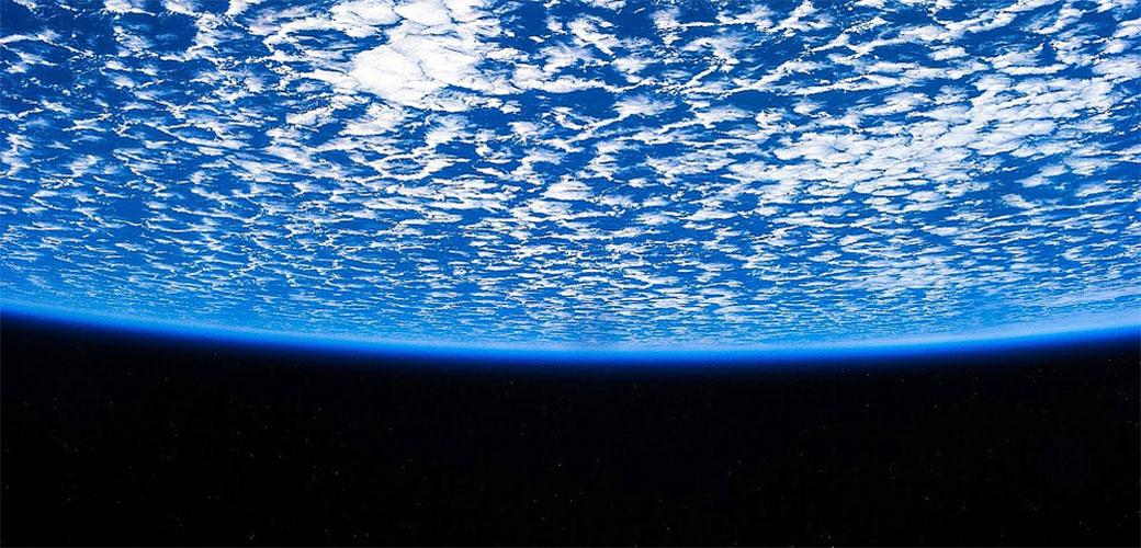 Sve više poznatih misli da je Zemlja ravna