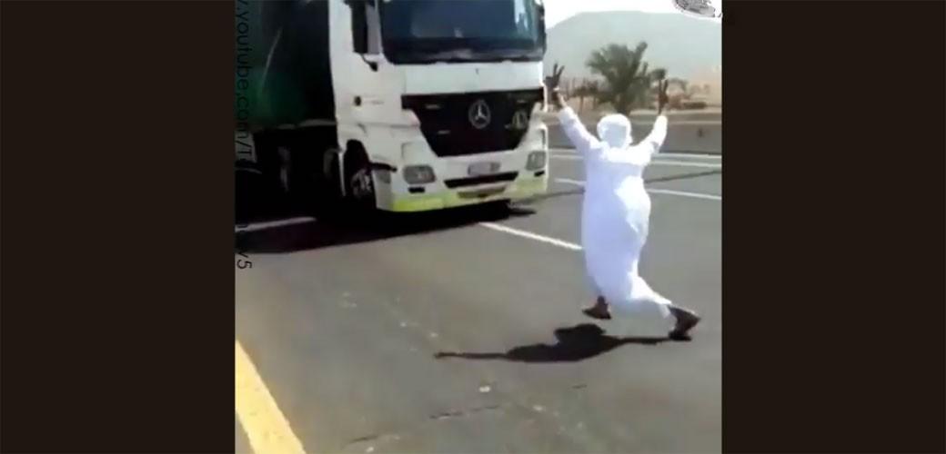 Saudijac skočio pod kamion