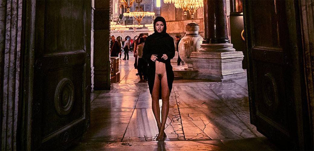 Gola manekenka se slikala u Aji Sofiji